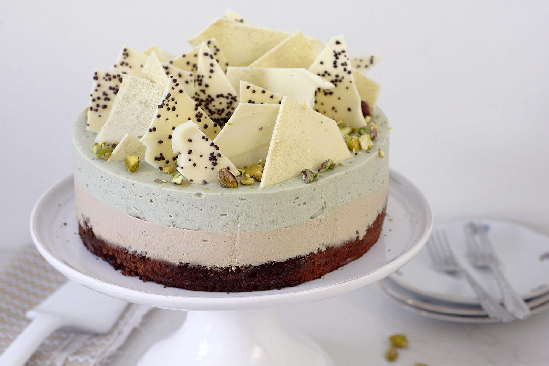 עוגת מוס פיסטוק וקפה על בסיס בראוני