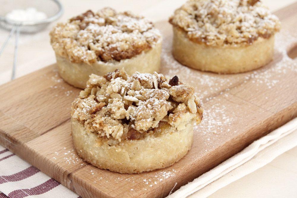 טארטלט תפוחים עם קרם שקדים ושטרויזל | צילום: נטלי לוין