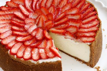 עוגת גבינה עם תותים מזוגגים | צילום: נטלי לוין