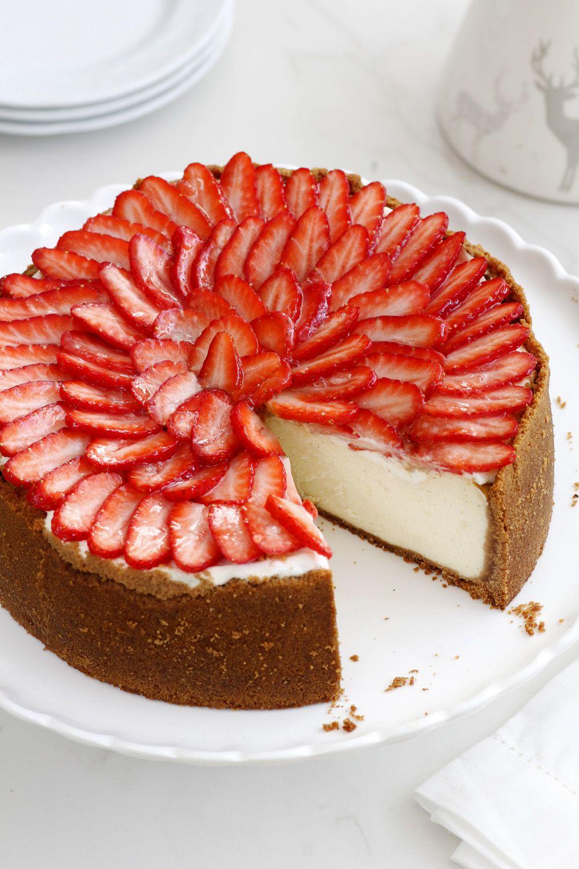עוגת גבינה אפויה עם תותים מזוגגים
