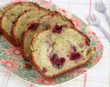עוגת שיש פיסטוק ודובדבנים   צילום: נטלי לוין