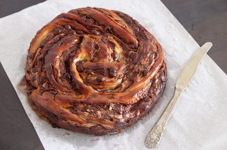עוגת שמרים במילוי שוקולד וחמאת בוטנים   צילום: נטלי לוין