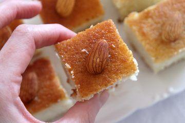 עוגת סולת עם קוקוס ושקדים | צילום: נטלי לוין