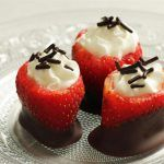 תותים ממולאים בקצפת ושוקולד