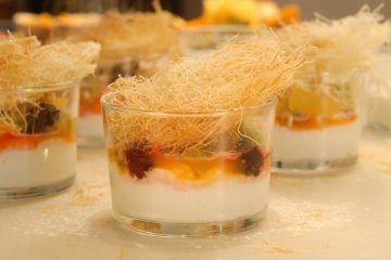 קינוח קרם יוגורט עם פירות וקדאיף. צילום: שחר פליישמן