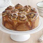 עוגת שמרים במילוי טחינה, סילאן ופיסטוקים עם סירופ הדרים