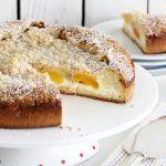 עוגת בריוש גבינה ומשמשים עם שטרויזל