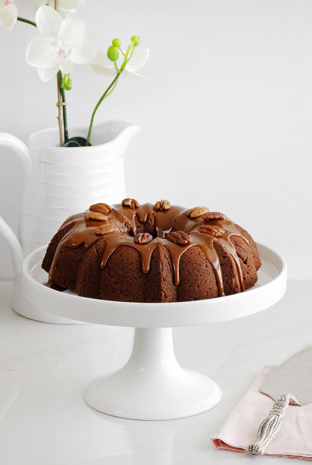 עוגת תמרים עם רוטב טופי מלוח