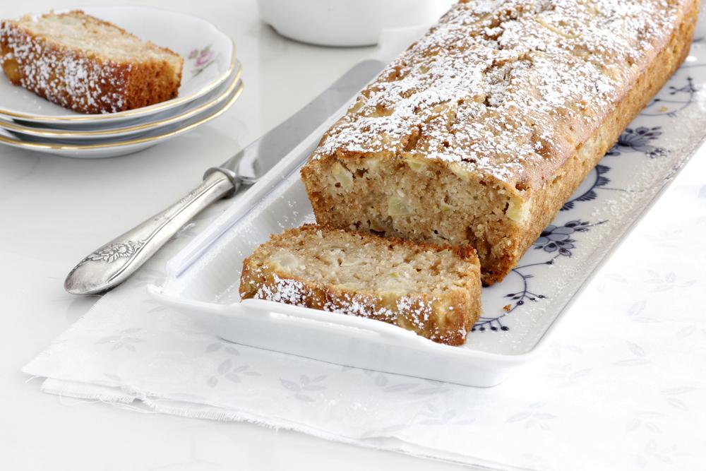 עוגת דבש וקוקוס עם אגסים