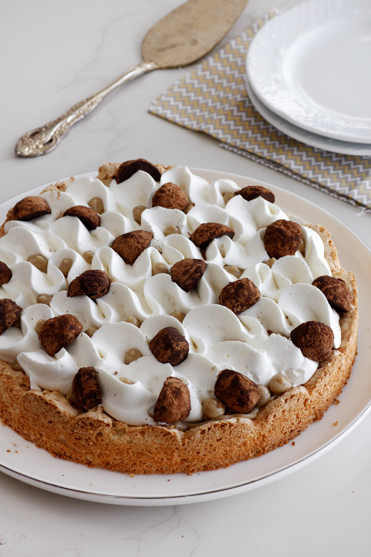 עוגת מרנג שקדים עם קרם קפה וקצפת