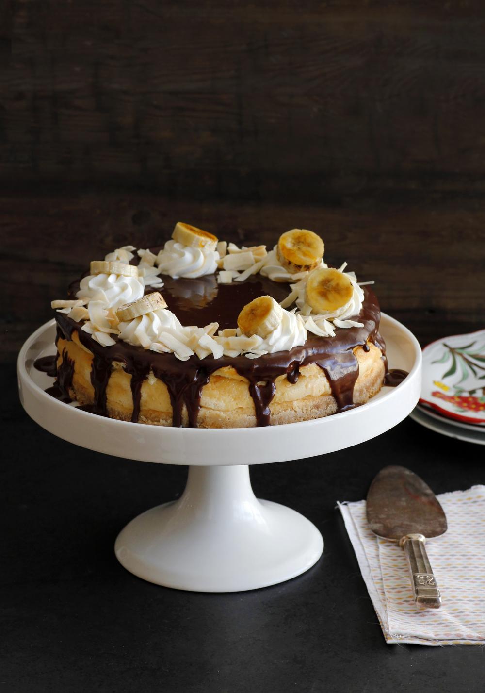 עוגת גבינה עם קוקוס, בננות ושוקולד | צילום: נטלי לוין