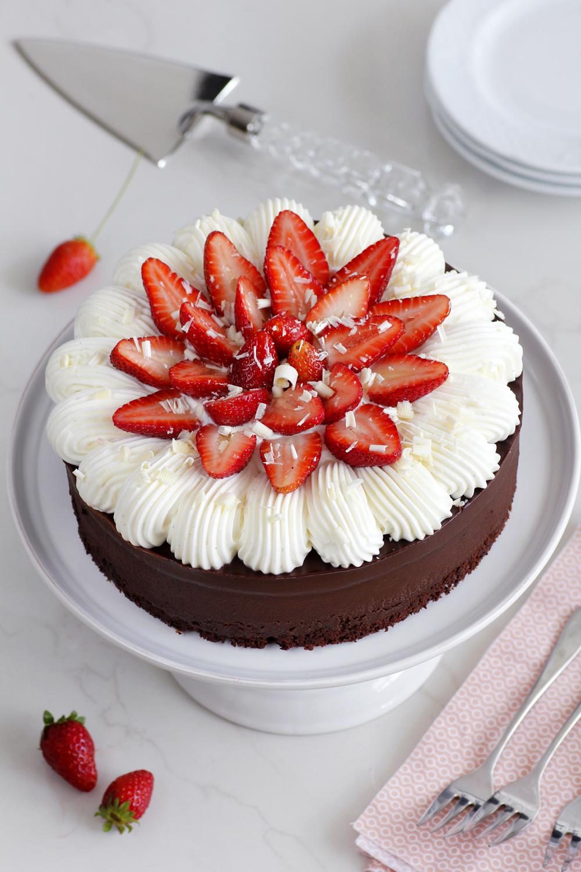 עוגת שוקולד עם קצפת ותותים