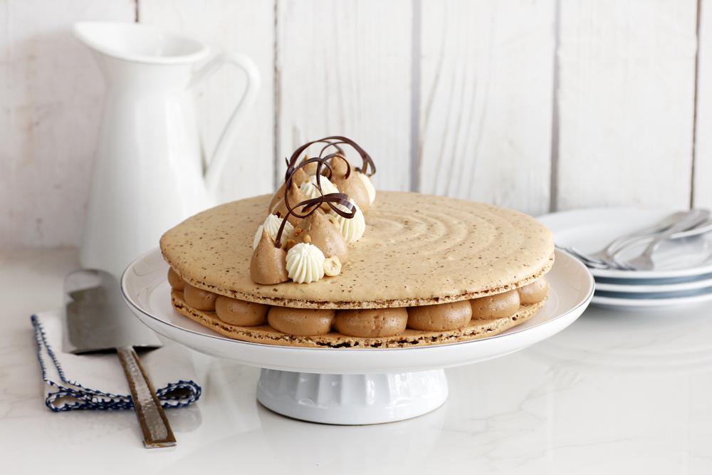 עוגת מקרון קפה עם קרם אגוזים ושוקולד לבן