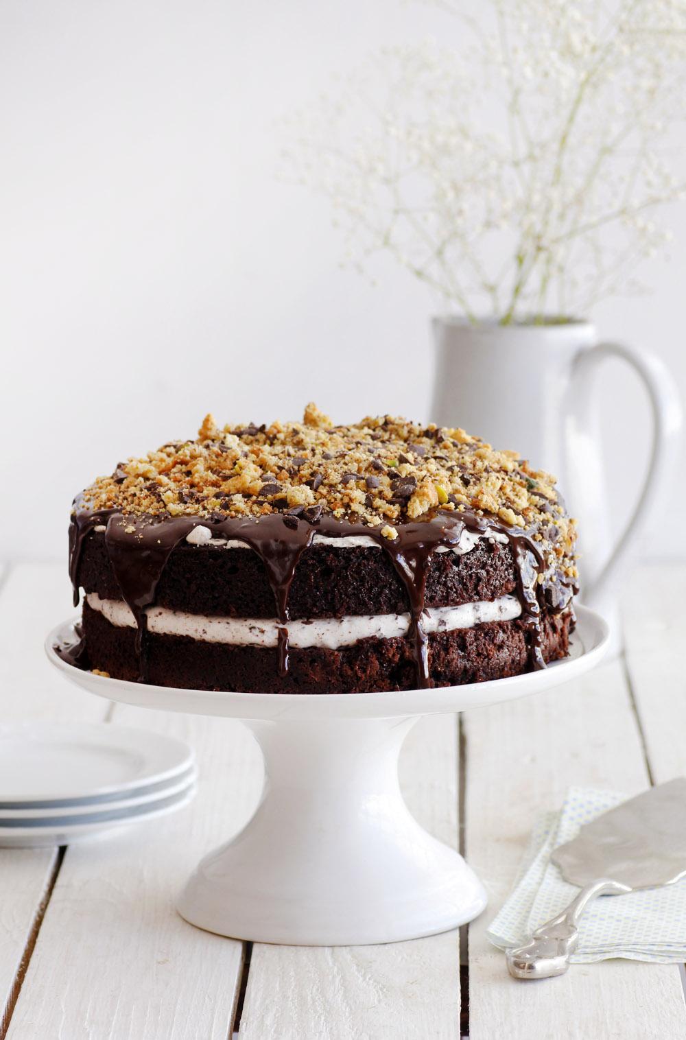 עוגת שכבות שוקולד עם קרם שוקולד צ'יפס