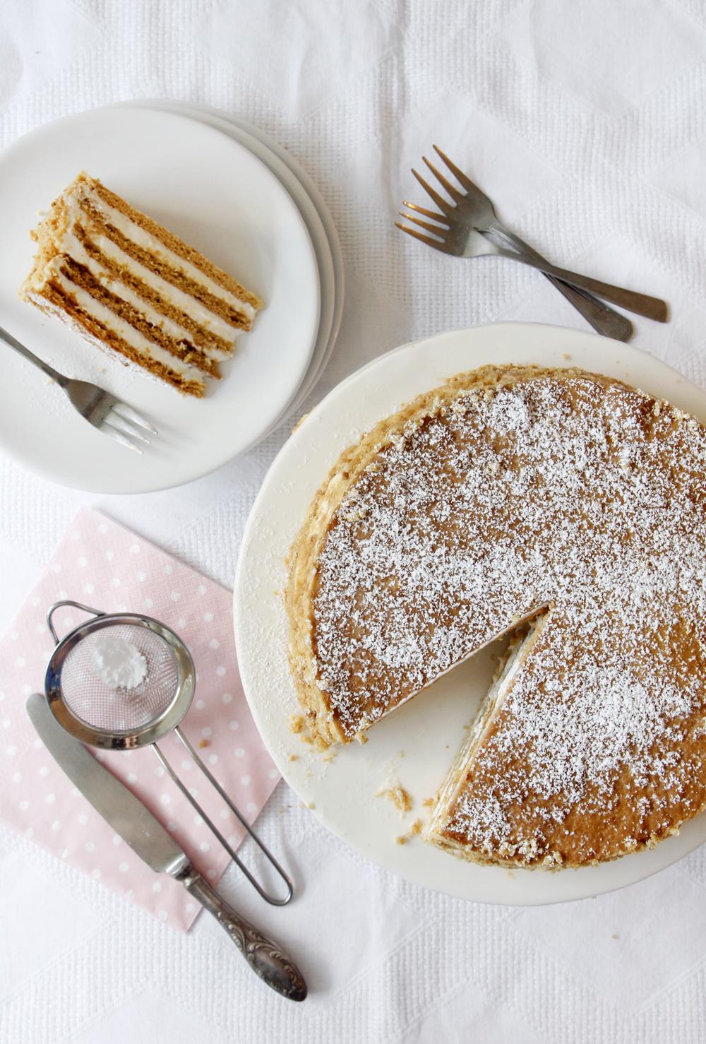 מדוביק – עוגת שכבות רוסית עם שמנת חמוצה ודבש