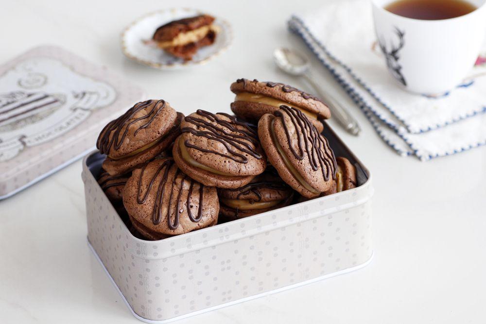 עוגיות סנדוויץ' שוקולד במילוי קרם קפה   צילום: נטלי לוין