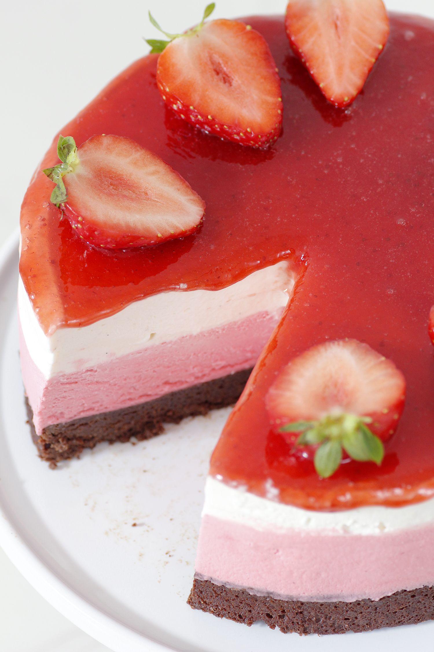 עוגת שוקולד עם מוס תותים ושוקולד לבן