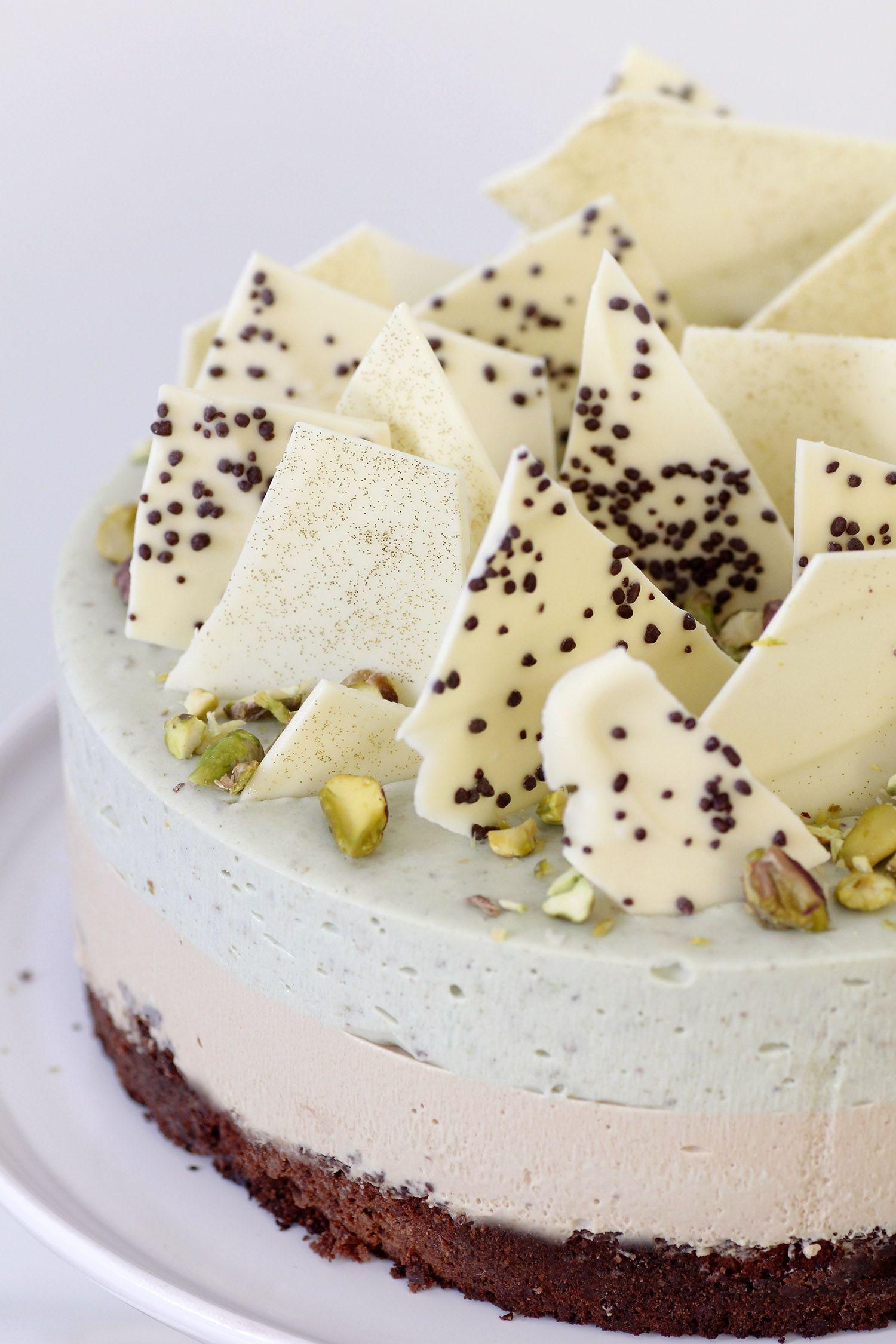 עוגת מוס פיסטוק וקפה על בסיס בראוניז