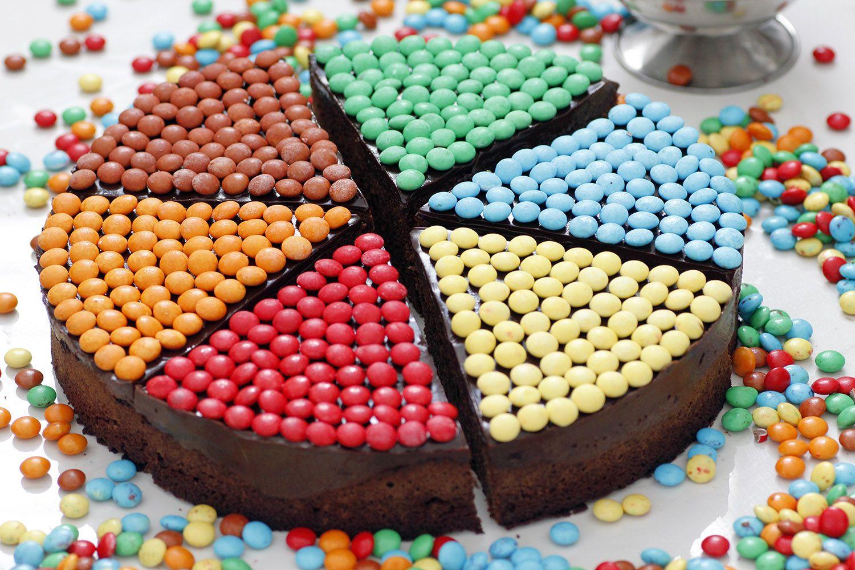 עוגת שוקולד עם סוכריות צבעוניות