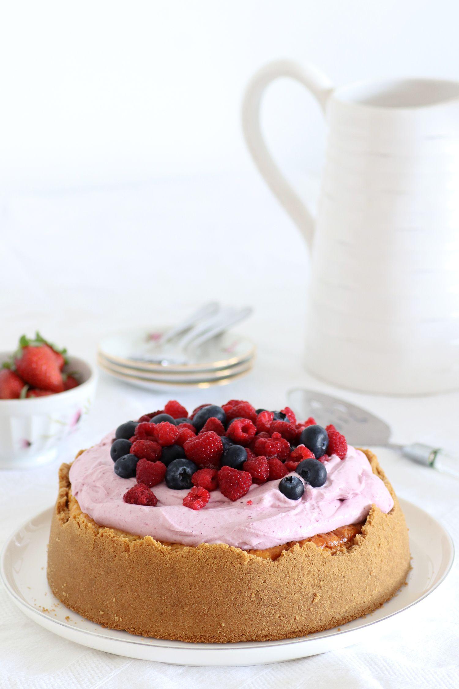 עוגת גבינה עם ענן פירות יער ויוגורט | צילום: נטלי לוין