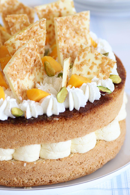 עוגת שכבות טרופית עם מנגו, קוקוס ואננס