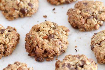 עוגיות גרנולה עם שוקולד צ'יפס ושקדים | צילום: נטלי לוין