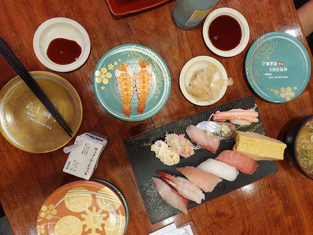 ארוחת סושי במסעדה רנדומלית בשוק בקנזאווה