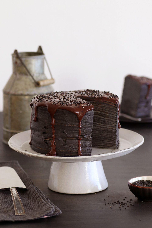 עוגת קרפים שומשום שחור | צילום: נטלי לוין