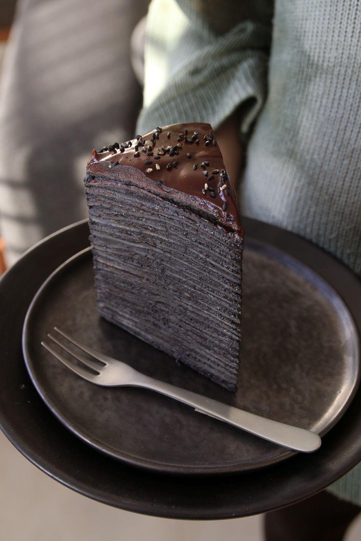 דניאל מדגמנת את העוגה | צילום: נטלי לוין