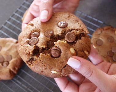 עוגיות שוקולד חלב ופרלינה כמו ב-Ben's Cookies | צילום: נטלי לוין