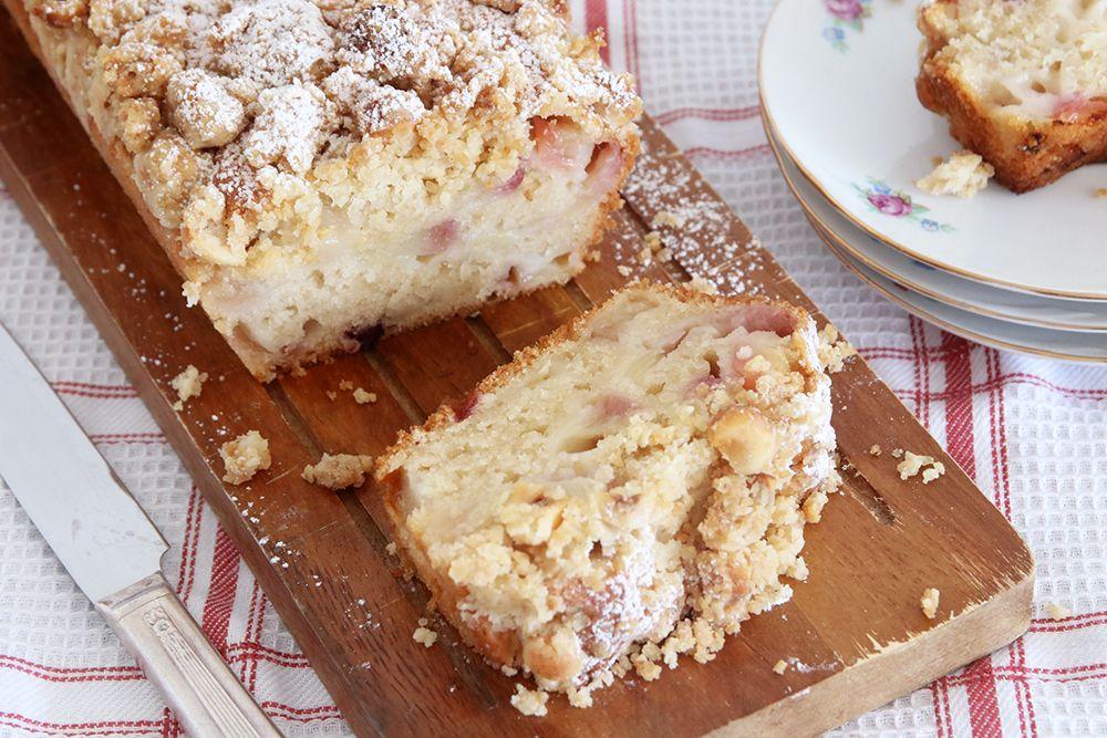עוגת נקטרינות טבעונית עם קראמבל אגוזי לוז | צילום: נטלי לוין