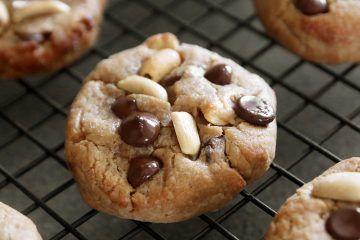 עוגיות שוקולד צ'יפס ובוטנים רכות | צילום: נטלי לוין