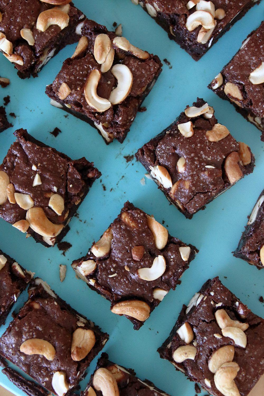בראוניז שוקולד ושמן זית עם קשיו מלוח | צילום: נטלי לוין