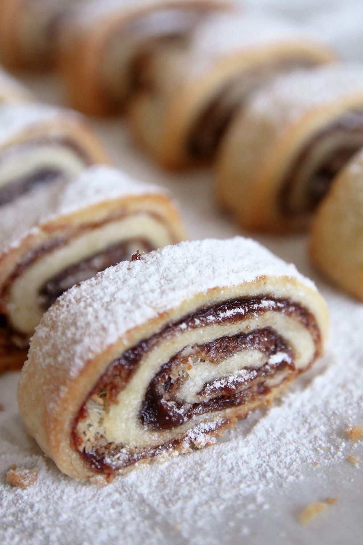 עוגיות חמאה מגולגלות במילוי תמרים וקוקוס | צילום: נטלי לוין