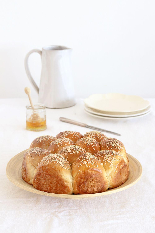 חלת חלבה עם טחינה ודבש | צילום: נטלי לוין