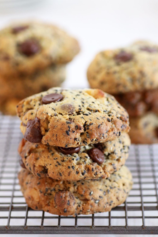 עוגיות שוקולד צ'יפס ושומשום שחור עם אגוזים | צילום: נטלי לויןה
