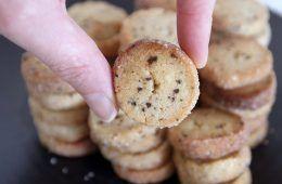 עוגיות קינמון פריכות עם פולי קקאו ואגוזים | צילום: נטלי לוין