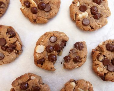 עוגיות שוקולד צ'יפס עם שקדים וקפה   צילום: נטלי לוין