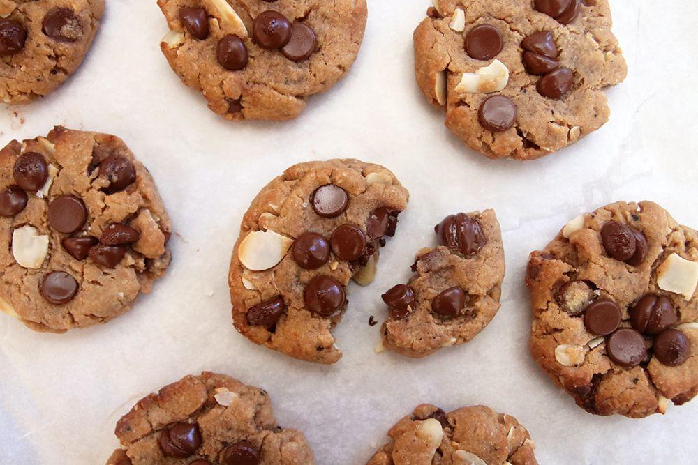 עוגיות שוקולד צ'יפס עם שקדים וקפה | צילום: נטלי לוין