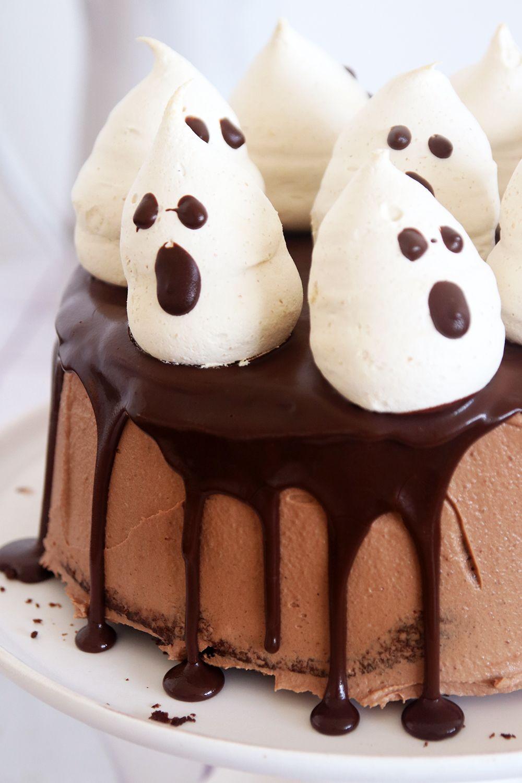עוגת שוקולד גבוהה עם קישוט מרנג בצורת רוחות רפאים   צילום: נטלי לוין