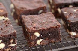 פאדג' בראוניז שלושה שוקולדים | צילום: נטלי לוין