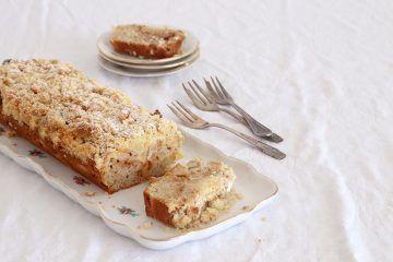 עוגת תפוחים וריבת חלב עם שטרויזל אגוזים | צילום: נטלי לוין