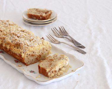 עוגת תפוחים וריבת חלב עם שטרויזל אגוזים   צילום: נטלי לוין