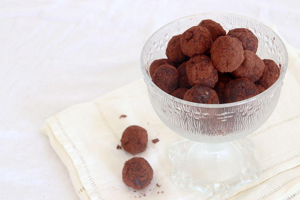 טראפלס שוקולד ותמרים עם אגוזים | צילום: נטלי לוין