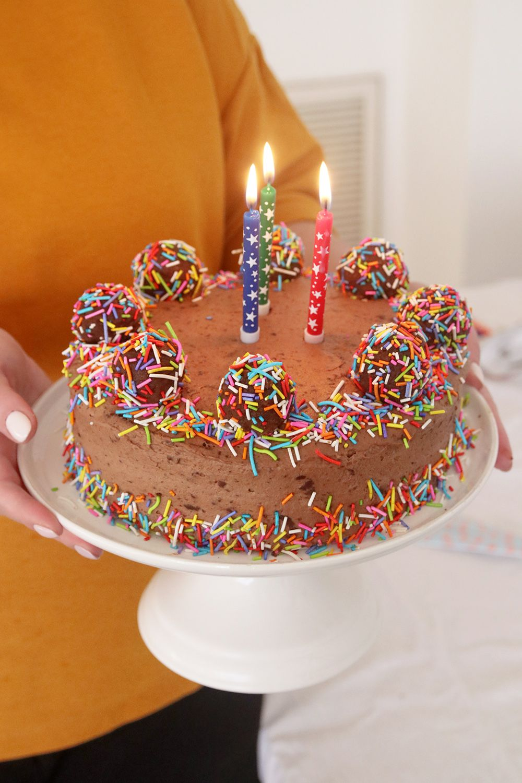 עוגת וניל במילוי קרם שוקולד – עוגת יום הולדת ליפעת   צילום: נטלי לוין