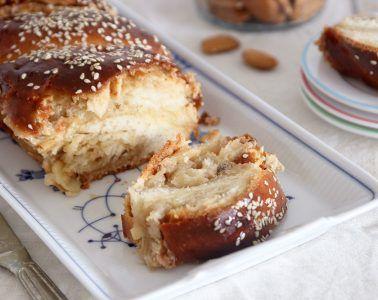 עוגת שמרים במילוי חלבה ושקדים עם שוקולד לבן | צילום: נטלי לוין