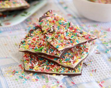 שברי שוקולד בשני צבעים | צילום: נטלי לוין