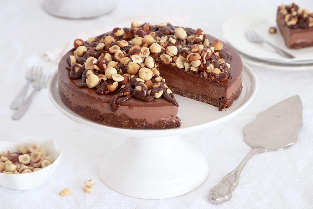 עוגת מוס נוטלה טבעונית עם אגוזי לוז | צילום: נטלי לוין