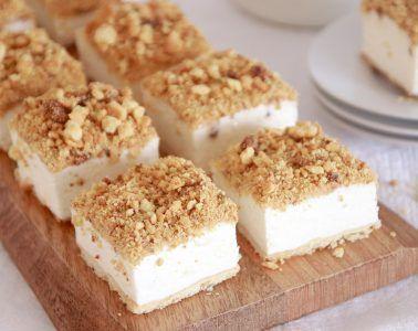 חיתוכיות עוגת גבינה פירורים | צילום: נטלי לוין