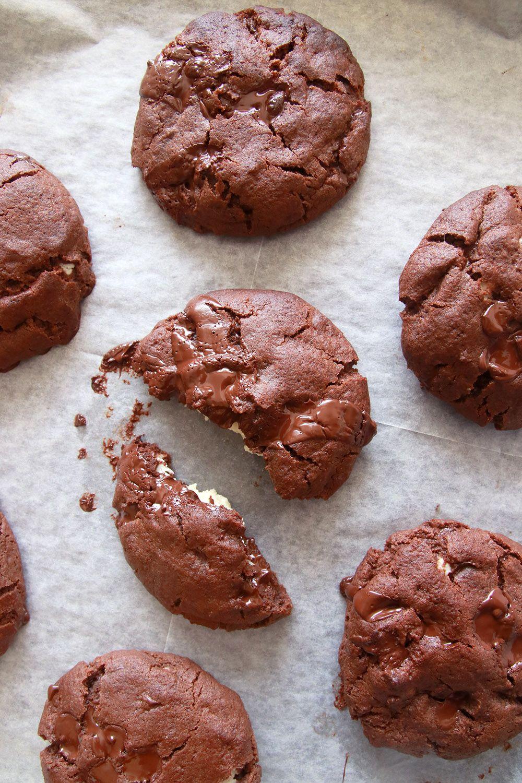 עוגיות שוקולד במילוי קוקוס | צילום: נטלי לוין